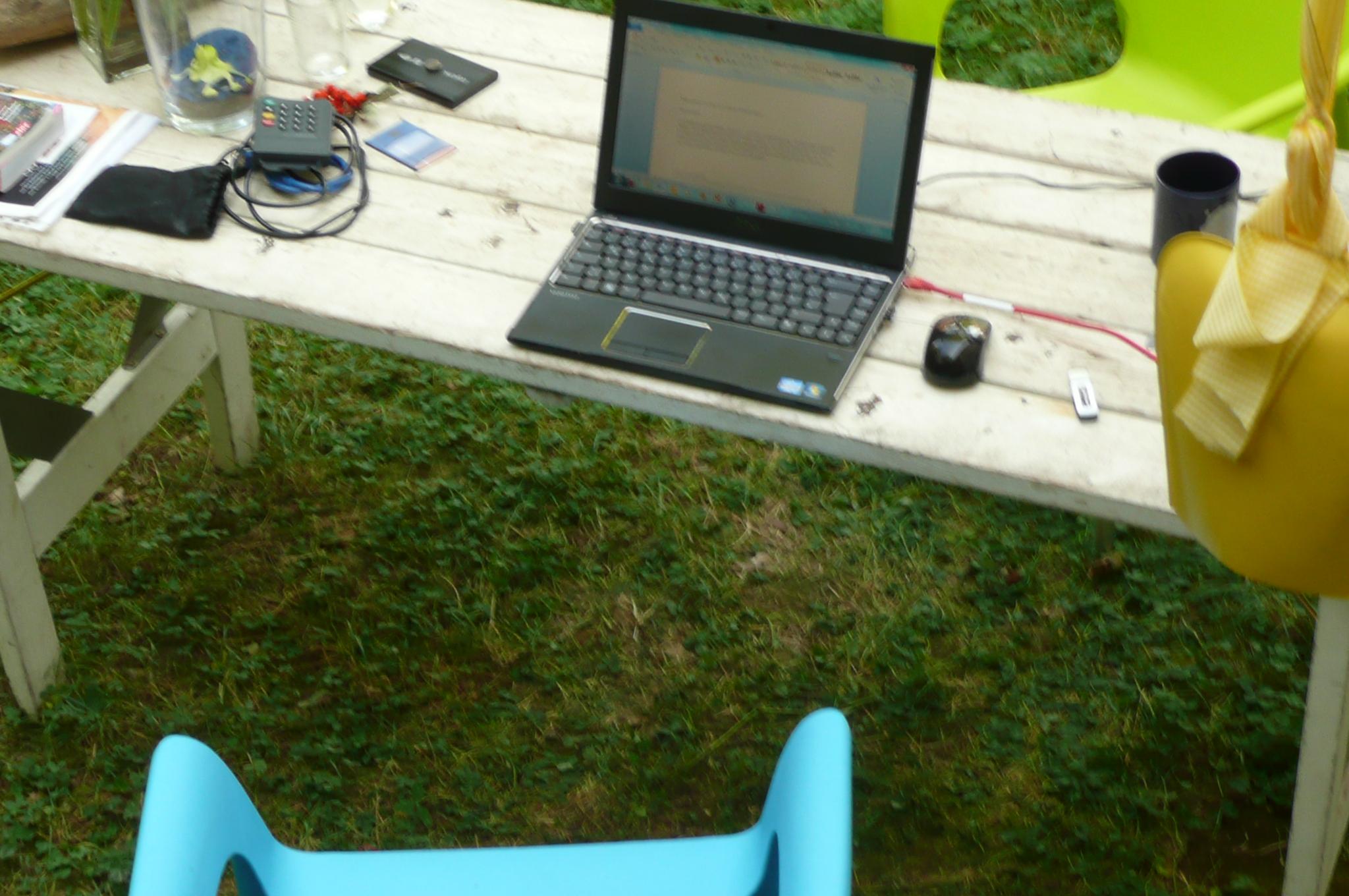 Laptop im Garten